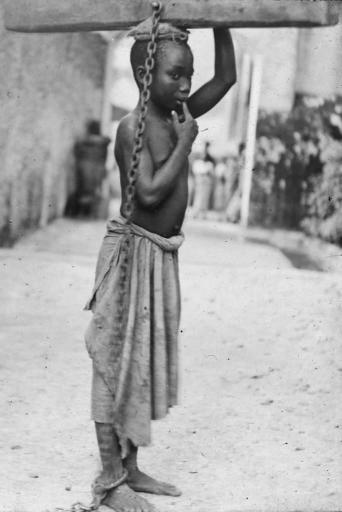 Esclavo castigado por su amo musulmán en Zanzíbar
